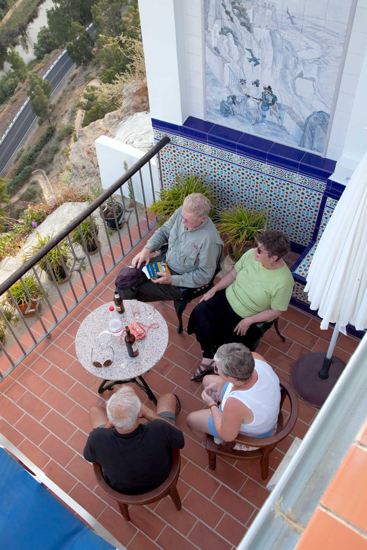 Путешественники на квартиру Патио, Аркос-де-ла-Фронтера, Андалусия, Испания